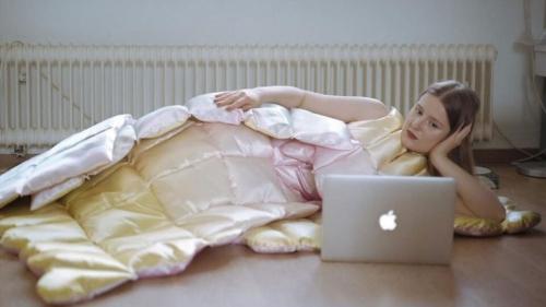 Читать: Платье-одеяло: создана идеальная одежда для работы на «удалёнке»