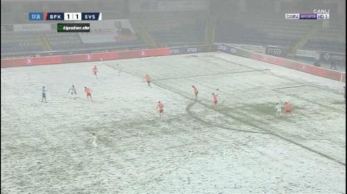Читать: Футболисты потрепали зрителям нервы, сыграв во время снегопада в белой форме