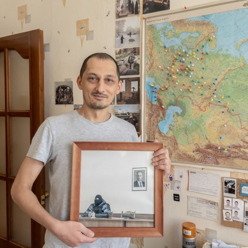 Фото российского силовика под портретом Путина продали за 2 миллиона рублей