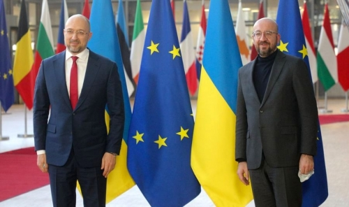 """Шмыгаль встретился со своим """"двойником"""" из ЕС: соцсети разразились шутками"""