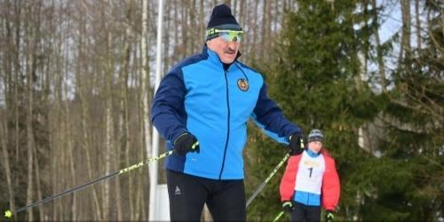 """Лукашенко финишировал первым в лыжной гонке, пока его соперник """"случайно"""" падал. Видео"""