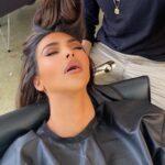 Ким Кардашьян, заснувшая в кресле стилиста, стала звездой мемов