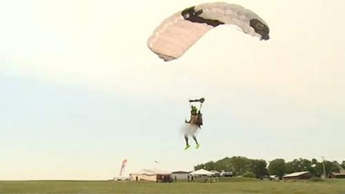 Обнаженный американец выполнил 60 прыжков с парашютом за сутки