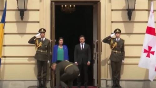 Конфуз на встрече Зеленского и президента Грузии: военный не удержал ножны от сабли