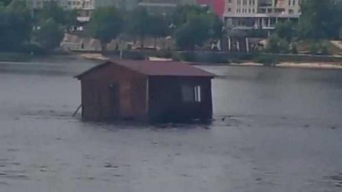 В Киеве по Днепру «дрейфовал» домик